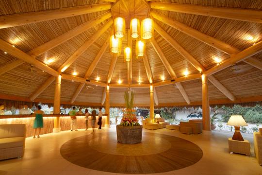 快適な部屋と広いプール
